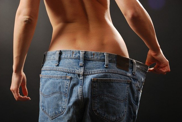 szczupła kobieta w za dużych spodniach