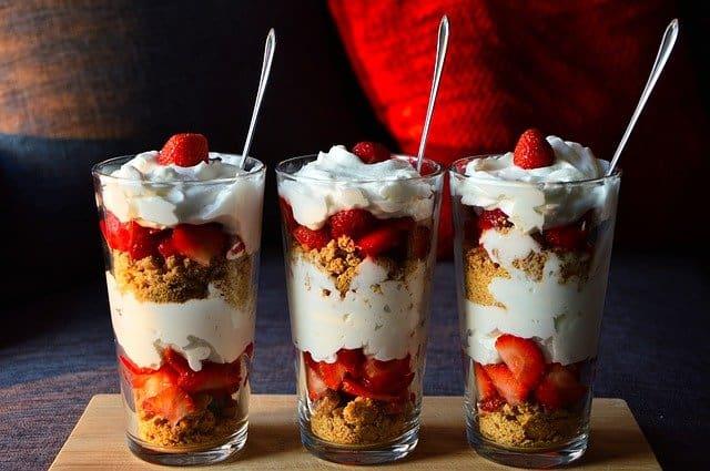dietetyczny deser z owocami i jogurtem