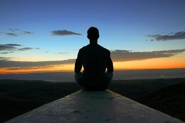 medytujący mężczyzna
