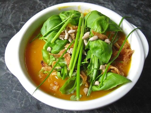 dietetyczna zupa krem z dyni ze świeżymi ziołami