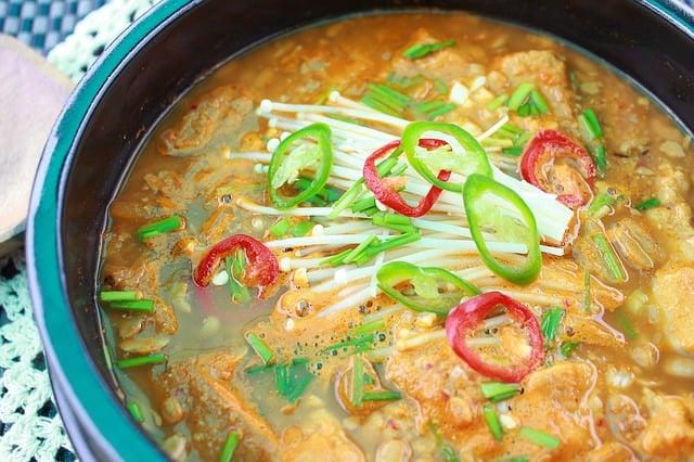 garnek z zupą warzywną