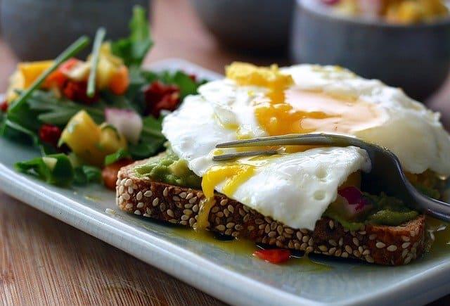 zdrowy posiłek - tost razowy z jajkiem i warzywa