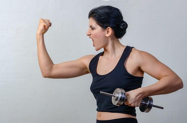 kobieta ćwiczy z hantlami