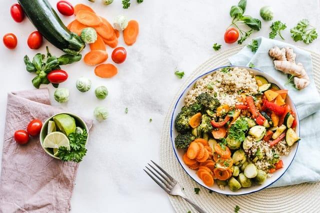 Zdrowe jedzenie, danie z kaszy i warzyw
