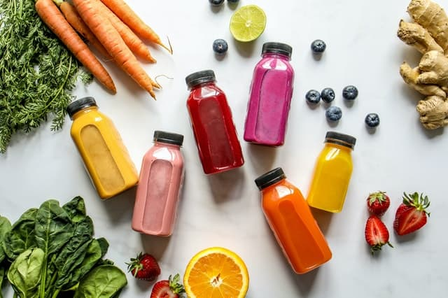 warzywa, owoce i soki w butelkach