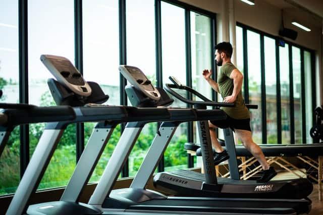 mężczyzna biega na bieżni treningowej