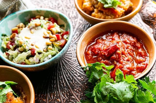 leczo i sałatka w salaterkach
