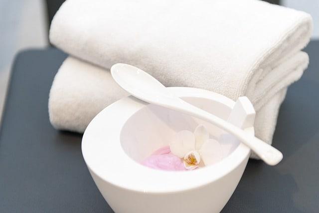 ręcznik i miseczka z miksturą do pielęgnacji włosów