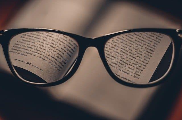 fragment tekstu widziany przez soczewki okularów