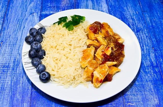 ryż z gulaszem na talerzu