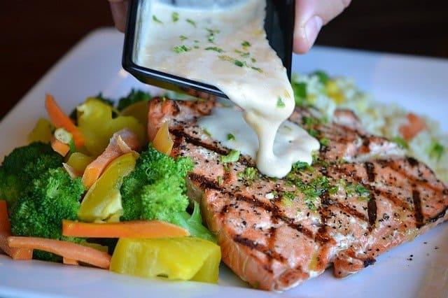 warzywa i pieczona ryba na talerzu